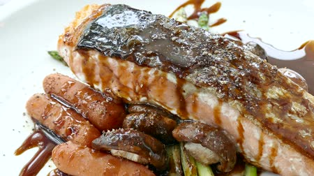 dilimleri : Grilled Salmon meat steak with sauce Stok Video