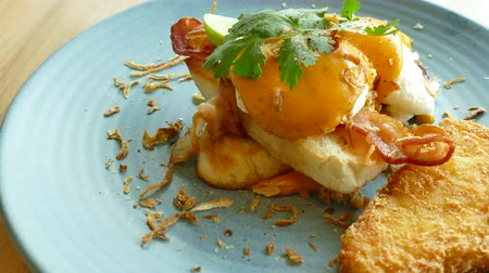 poached egg : Eggs Benedict with Bacon