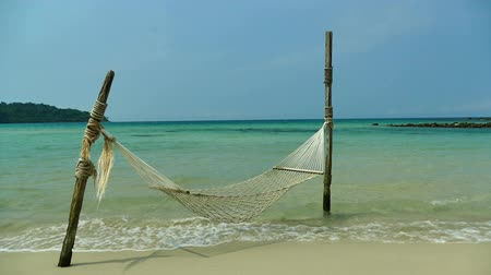 paraíso : Empty hammock on the beach
