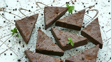 brownie de chocolate : Pastel de brownie de chocolate Archivo de Video