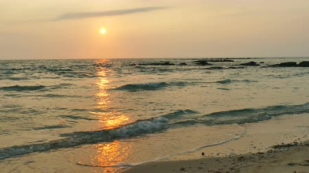 карибский : Beautiful tropical beach and sea landscape at sunset time
