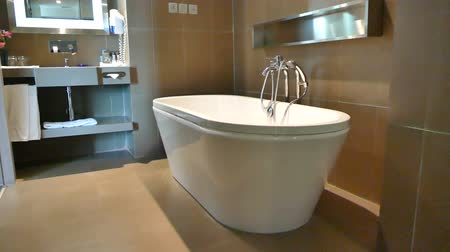 Decoratie in badkamer en toilet interieur Stockvideo