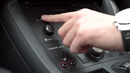радио : Driver turning on car radio and increasing volume.