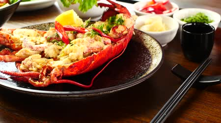 crustáceo : Chef garnishing crab dish by placing coriander on it