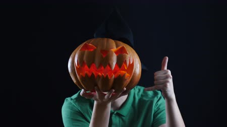 указывать : Halloween. Pumpkin head showing call me sign. Стоковые видеозаписи