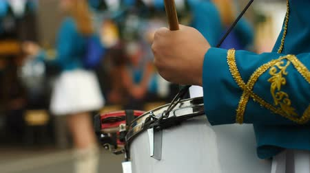 desfile : Girls play synchronously on drums. Close-up view