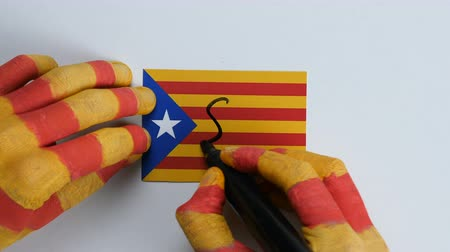 feloszt : Catalan hands writes SI on the Catalan flag Stock mozgókép