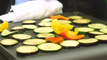 az yağlı : Chef takes a baking sheet with vegetables