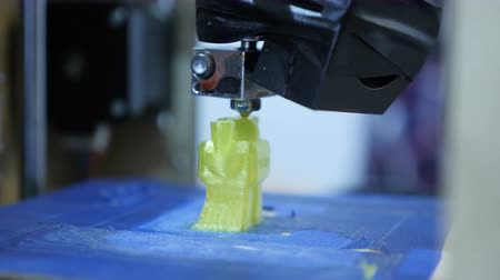 nauka : Close up view, printing a three-dimensional plastic figure on a three-dimensional printer Wideo