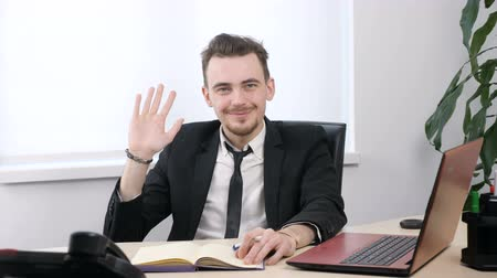 do widzenia : Young businessman in suit showing goodbye sign and and waving his hand 60 fps Wideo