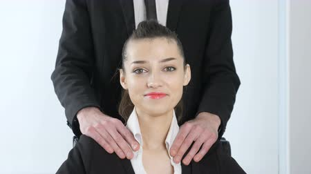 secretário : Harassment. The chief in a suit makes a shoulder massage to his secretary and she is happy 60 fps Vídeos