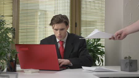 fool : The young boss does not like the report, crushes the document and throws it into a subordinate employee. 60 fps