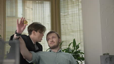 chlapík : Young guy in a suit impulsively tells the story to his boss, gestures with his hands. Work in the office concept. Presentation 60 fps
