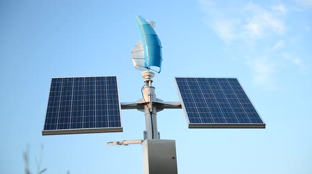combinado : Solar panels and a small wind generator for the production of environmentally friendly energy Vídeos