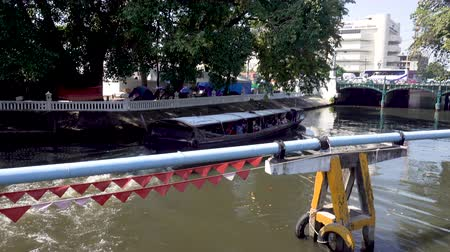 saen : BANGKOK, THAILAND - December 21, 2017: Fast speed express boat on khlong. Boats are a great way to get around the famous Riverside area with its many historical attractions, temples and architecture. Stock Footage