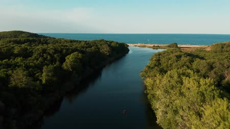 pauza : Aerial view of Veleka river flying towards Veleka beach at Sinemorets, Bulgaria Dostupné videozáznamy