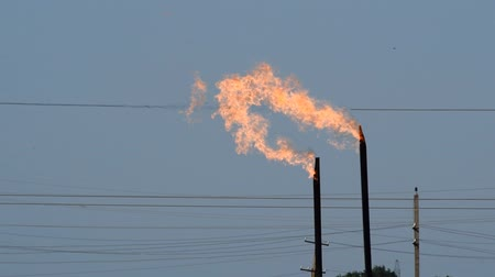 yok etme : System of a torch on an oil field. Burning through a torch head.