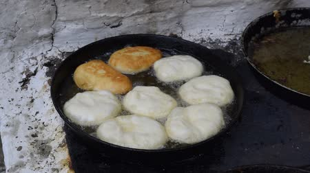 převrátit : Fry the patties in oil in a frying pan on the stove. Traditions of cooking pies. Appetizing toasted pies.