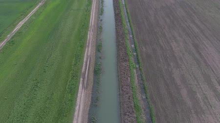 орошение : Top-level irrigation canal in the rice system. Canal for irrigation of fields
