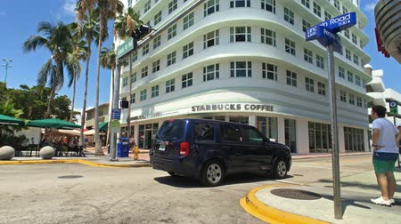 visitantes : Miami Beach, Florida USA - April 7, 2018: Time lapse video of the popular Lincoln Road outdoor mall with retail stores and restaurants.
