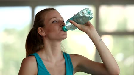 copo : young blonde woman drinking water, in the gym