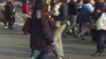 desfocado : Blurry pedestrians walking. Side view unfocused pedestrians crossing a street in the city of Barcelona.Smooth camera movement: Tracking Shot right,