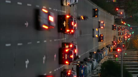 desfocado : Video in vertical format.Blurred urban traffic in city of Barcelona with movement in the streets that cross horizontally.Time Lapse. Wake effect Stock Footage