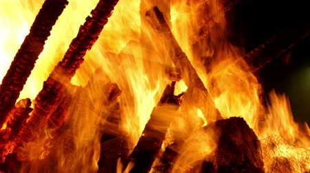 tűzifa : Close-up of a bonfire with the flames in motion.