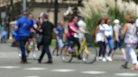 anônimo : Three quarter view, tourists pedestrians blurred crossing a street in the city of Barcelona in summer. Time lapse