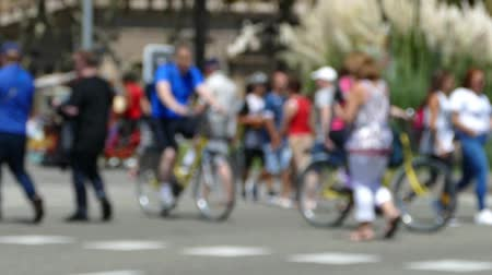 desfocado : Three quarter view, tourists pedestrians blurred crossing a street in the city of Barcelona in summer. Slow Motion Vídeos
