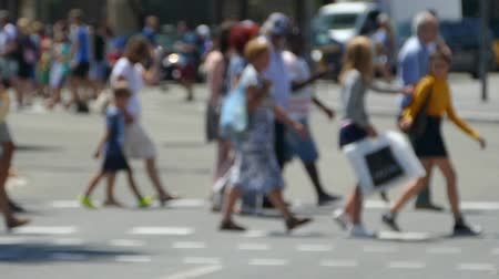 desfocado : Side view blurred pedestrians crossing the street in the city of Barcelona in summer. Time Lapse
