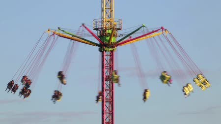 frisson : Fairground attraction by rotating at sunset with large colorful and motion. Vidéos Libres De Droits