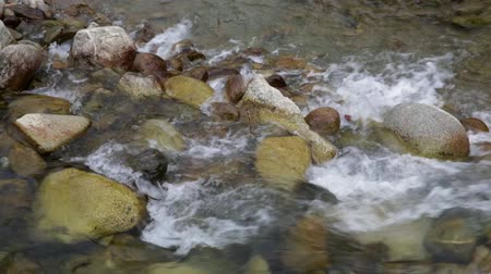 purê : Detail river with rocks and strong current of water, conveying feelings of strength and energy. Sound