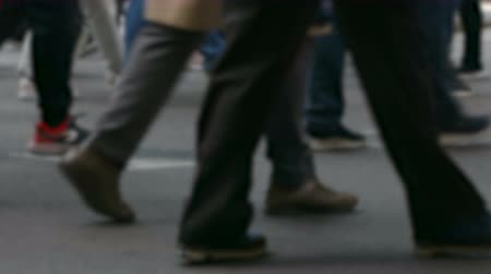 пересечение : Side view blurry pedestrians walking.Time Lapse. Detail of legs crossing a street in the city of Barcelona. Стоковые видеозаписи