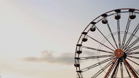 karnaval : Amusement Park at dusk with ferris wheel