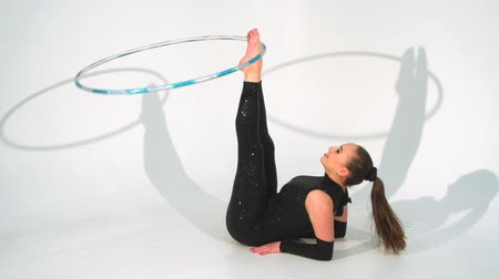 atleta : Spinning acrobat beautiful hula hoops in slow motion