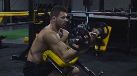 сильный : Bodybuilder exercising with weights