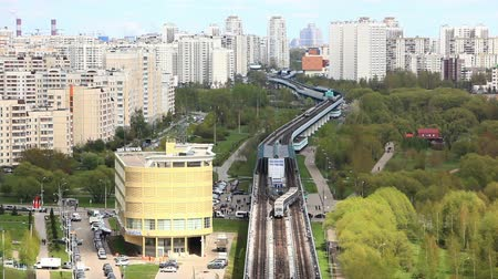 trilho : The citys skyline. Skytrain station and green Park Vídeos