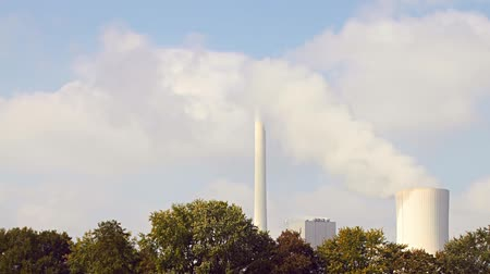 lehűlés : From a cooling tower, a cloud of steam rising into the sky. Stock mozgókép