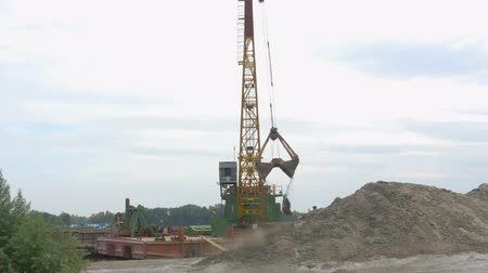 verhuizer : 4K, Port Excavator Lost Sand Barge Stockvideo