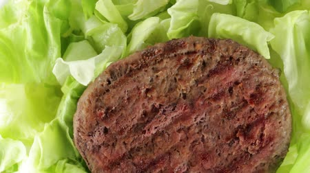 medaillon : Hamburger met salade Stockvideo