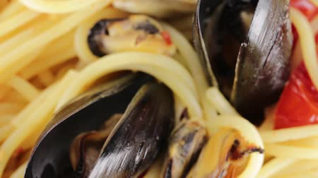 Spaghetti with mussels Stok Video