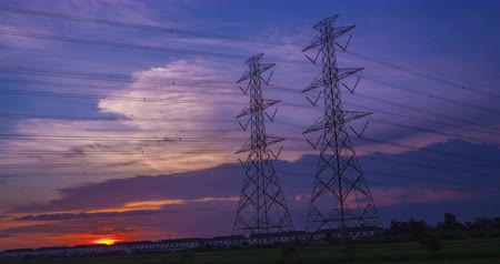 voltů : Electric pole, High voltage towers and sky sunset 4K, day to night, Timelapse Dostupné videozáznamy