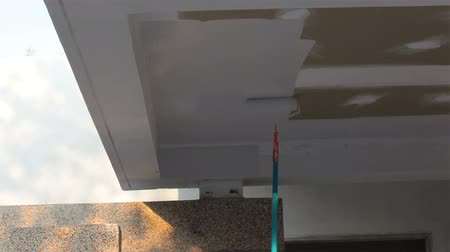 pędzel : Painter worker paint ceiling house cement wall with rotate brush in white color