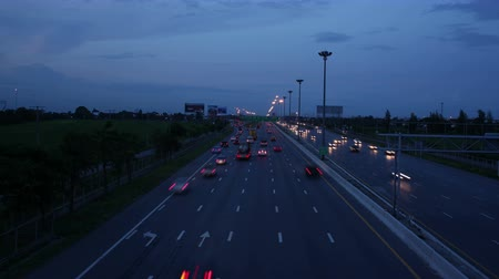 atividades : 4K timelapse of busy traffic on road or highway day to night (UHD, ultra high definition, 4096x2304)