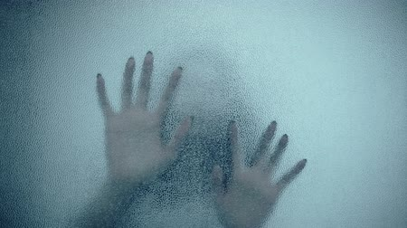 кричать : female hand and head, spooky shadows on the glass wall, in full HD, Horror movie scene