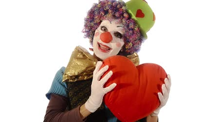 palyaço : Sweet clown hugging big red heart over white background