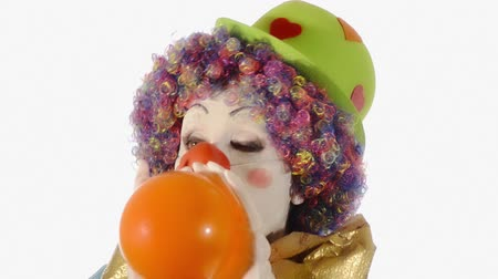 léggömb : A bumbling clown blowing up an orange balloon over white background