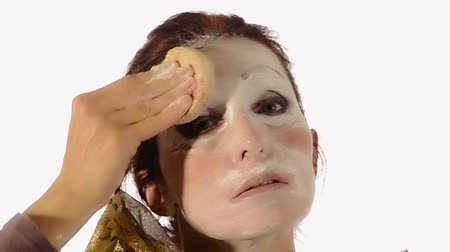 palhaço : Female clown removing make up after performance. The sadness behind the laughter Vídeos