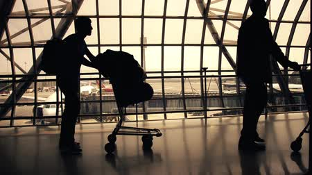 bagagem : silhouettes of travellers in airport